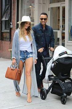 A imagem pode conter: 2 pessoas, pessoas sorrindo, pessoas em pé, óculos de sol e sapatos