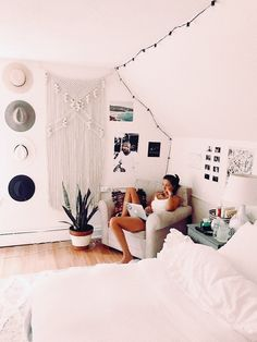 60 inspiring decoration ideas for your dorm room 15 60 Inspiring Decoration Ideas For Your Dorm Room > Fieltro.Ne The post 60 inspiring decoration ideas for your dorm room 15 appeared first on Design Ideas. Boho Dorm Room, Bohemian Dorm, Dorm Room Organization, Organization Ideas, Diy Apartment Decor, Apartment Hacks, Cozy Apartment, Studio Apartment, Aesthetic Rooms