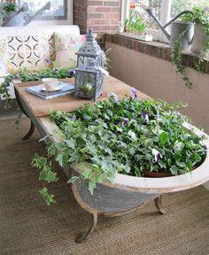 Para quem realmente tem bastante espaço e gosta de algo bem diferente, porque não uma banheira antiga, espaço perfeito para fazer uma jardineira!