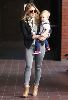 Hilary Duff showed off her trendy mom style in heather gray skinny jeans, camel booties, a black blazer and a scarf while running errands with her son, Luca Hilary Duff Baby, Hilary Duff Style, Fall Fashion Outfits, New Outfits, Love Fashion, Fashion Clothes, Superenge Jeans, Mode Jeans, Skinny Jeans