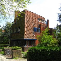 ARCHITECTEN provincie GRONINGEN: SIEBE JAN BOUMA 1899- 1959 Architecture Board, Organic Architecture, Interior Architecture, Bauhaus, Solar Tiles, Crazy Houses, Weird Houses, Amsterdam School, Dutch House