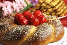 Hot cross buns, Italian Easter bread or chocolate babka? Get your holiday off to a great start with these and other tempting traditional Easter bread recipes. Easter Lunch, Easter Dinner, Easter Bread Recipe, Italian Easter Bread, Chocolate Babka, Greek Sweets, Bulgarian Recipes, Bulgarian Food, Romanian Food