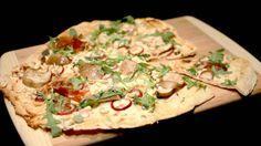 MED STEINSOPP OG LUKSUSSKINKE: Denne pizzaen har blitt toppet med rødløk, steinsopp og pata negra-skinke. Oppskriften finner du nedenfor. FOTO: FINGRENE AV FATET / TV 2 Vegetable Pizza, Vegetables, Food, Meal, Essen, Vegetable Recipes, Hoods, Meals, Vegetarian Pizza