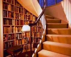 Biblioteca sob escadaria.  Fotografia: www.decorfacil.com