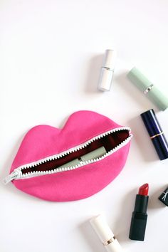 DIY zipped lips pouch. Click through for pattern + instructions.