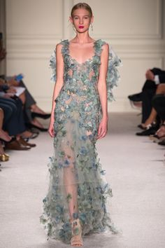 Marchesa' Spring/Summer 2016 fashion collection as seen at New York Fashion Week. Take a look at pictures of Marchesa Spring/Summer 2016 Collection on Arabia Weddings. Couture Mode, Style Couture, Couture Fashion, Runway Fashion, Couture Week, New York Fashion, Fashion Week, Fashion Show, Fashion Design