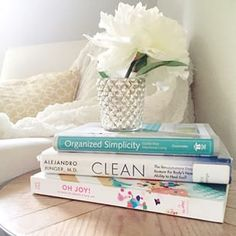 What's currently on your bookshelf?? I'm sharing a few recent reads on the blog today and what I thought of them.   #freshmommyreads