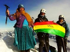 Com trajes típicos Alicia Quispe índia aymará e cozinheira escala o Huayna Potosi com seu marido e filho guias de Alta Montanha.  Vamos você também para o Huayna Potosi no Curso de Alta Montanha e de Gelo. 1ª turma: 05/07/2016 a 17/07/2016 2ª turma: 19/07/2016 a 31/07/2016  #AltaMontanha #GentedeMontanha #ProntoparaAventura #Alpinism #Andes #Montaña #HuaynaPotosi #Bolivia