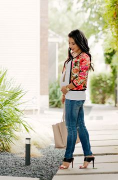 Love a bright floral jacket with denim #maternitystyle #stylishpregnancy