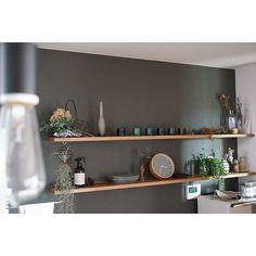 """[photo_simple photo_id=""""1329605"""" class=""""one-column img-center""""]RoomClipユーザーの素敵なキッチンを紹介する「憧れのキッチン」連載。 スタイリッシュな作りのお部屋に、みずみずしい植物たちとこだわりの小物雑貨で潤いと遊び心をプラス♪さりげないディスプレイも、その見事なバランス感覚で見る者を虜にするtSaさん。今回は、そんなtSaさんのキッチンをご紹介します。"""
