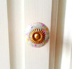 These pretty little 'Splatter' effect ceramic knobs are simply charming. Each is unique, so you can make a big statement with these little knobs. You could also mix and match with the blue colour we have! Best used on drawers or small cupboards.