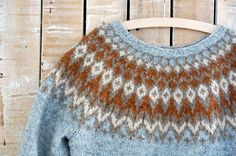 yoke pullover pattern: Riddari by Védís Jónsdóttir Fair Isle Knitting Patterns, Knit Patterns, Tejido Fair Isle, Jersey Jacquard, Icelandic Sweaters, Nordic Sweater, How To Purl Knit, Knitting Projects, Hand Knitting