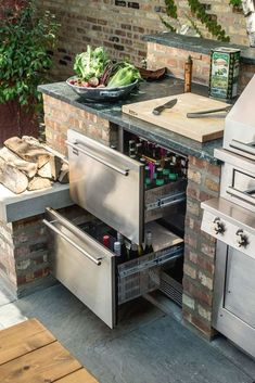This outdoor kitchen set-up keeps beer and other refreshments at the ready with refrigerated drawers. The post This outdoor kitchen set-up keeps beer and other refreshments at the ready with appeared first on aubenkuche. Outdoor Kitchen Countertops, Backyard Kitchen, Outdoor Kitchen Design, Backyard Patio, Corian Countertops, Backyard Barbeque, Desert Backyard, Outdoor Kitchen Bars, Kitchen Counters