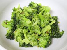 This Korean Steamed Broccoli is a super quick, really tasty and pretty healthy side dish. Ready in 5 minutes, cooked in the microwave, and both vegetarian AND vegan while being FULL of flavor! Steamed Broccoli Recipes, Broccoli Dishes, Asian Broccoli, Healthy Side Dishes, Vegetable Side Dishes, Vegetable Recipes, Healthy Sides, Bulgogi, Going Vegetarian