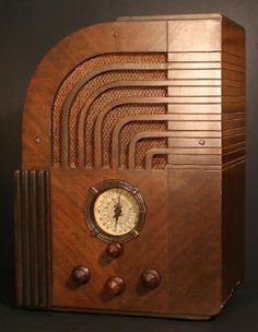 """The Zenith 811 tombstone radio (1935) is an ultra rare and unusual modelthat is a masterpiece of Art Deco design. According to Cones, Bry-ant and Blankinship, in their book """"Zenith Radio The Early Years"""",the 811 was possibly styled by Rosenow & Company of Chicago,responsible for the contemporaneous models809,829and835, or perhaps by Robert Budlong, who consulted with Zenith on cabinet design for many years and later on did the industrial design for such sets as the6-D-311/315."""