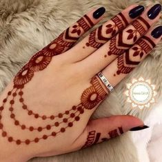 As the time evolved mehndi designs also evolved. Now, women can never think of any occasion without mehndi. Let's check some Karva Chauth mehndi designs. Back Hand Mehndi Designs, Finger Henna Designs, Simple Arabic Mehndi Designs, Mehndi Designs For Beginners, Modern Mehndi Designs, Mehndi Designs For Girls, Mehndi Design Photos, Mehndi Simple, Mehndi Designs For Fingers