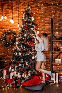 Christmas Photography, Winter Photography, Girl Photography Poses, Creative Photography, Cool Christmas Trees, Christmas Couple, Holiday Photos, Christmas Pictures, Jolie Photo