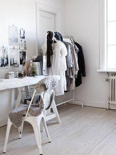 Makuuhuoneessa sijaitsee Anne-Marin työpiste. Osaa vaatteistaan hän säilyttää esillä vaatetelineessä. Pöytälevy on tehty vanhoista lattialankuista ja maalattu valkoiseksi. Pöydän suunnitteli Anne-Mari ja sen teki Olof. Seinälle on koottu inspiroivia kuvia.