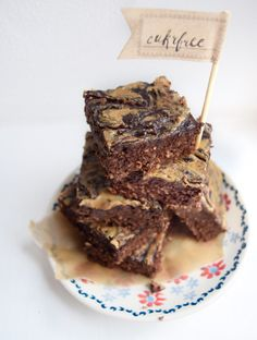 Čokoláda, ořechy a arašídové máslo, to nemůže nikdy dopadnout špatně. A už vůbec ne, když se jedná o Low Carb Brownies s arašídovým máslem! Brownies, Low Carb, Keto, Recipes, Food, Cake Brownies, Recipies, Essen, Meals