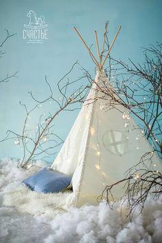 Вот и настало время поделиться с Вами новогодними декорациями. Вот такая чудесная палатка-домик в котором очень любят играть дети. Это одна из четырех фото зон