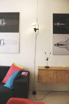 Amsterdam - Don't be gentle, it's a rental! Dit huurhuis is uniek door zijn open plattegrond en plafondhoogte. Door het tweepersoonsbed op te tillen en midden in het huis te hangen wordt de complete ruimte opgedeeld in 'woonplekken'. Onder het zwevende bed zit een ruime werkplek met draadloos geluidssysteem. Aan de ene kant van het bureau ligt de woonkamer en aan de andere kant zit de eetkamer, die overloopt in de tuin buiten. De kledingkast vormt ook de trap naar het ...