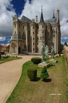 Palacio Episcopal (Gaudi) 12. (01.05.2010). (Mención de Honor. Concurso 2010.05)