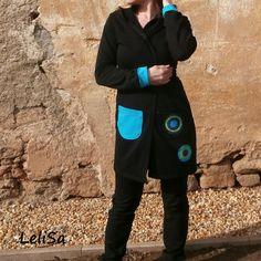 Černý bavlněný cardigan s kapucí, tyrkysovou kapsou a aplikacemi.