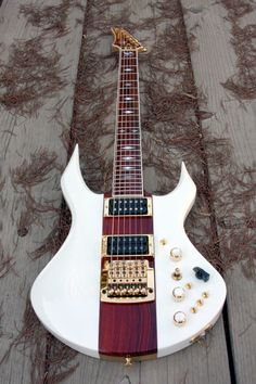 Une lutherie signée Neal Moser Retrouvez des cours de #guitare d'un nouveau genre sur https://www.mymusicteacher.fr !