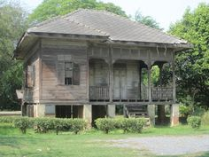 The old, abandoned traditional Thai house on the campus of Silpakorn University  is called Reun Prakumsakkee