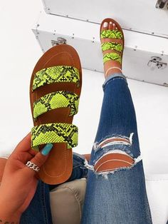Find New Look's stylish variety of females' heeled flip flops, with the use of obstruct back flip flops, strappy footwear and system looks. Pretty Shoes, Cute Shoes, Me Too Shoes, Trendy Sandals, Cute Sandals, Women Sandals, Shoes Flats Sandals, Sandals Outfit, Heeled Boots