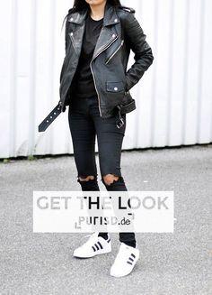 GET THE LOOK @ WWW.PURISD.DE - Schwarze Frauen Lederjacke, schwarzer Oversized Pullover, enge zerrissene schwarze Röhrenjeans sowie gestreifte Adidas Sneaker. #outfit #inspiration #fashion style