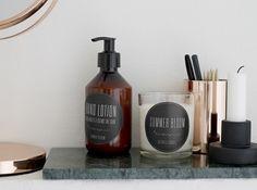 Le distributeur de savon Avec son étiquette à la typographie trop mignonne, on adore ce distributeur de savon opaque. Un classique remixé ! Distributeur de savon, 27 €, Bloomingville