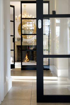 Enkele steel-look schuifdeur met op de achtergrond een dubbele stalen taatsdeur by Frank van den Boomen Deuren