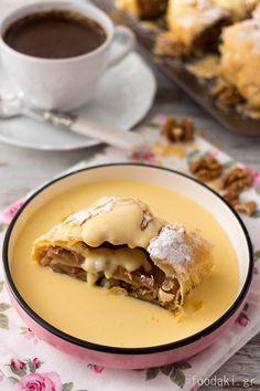 My grandma's apple strudel recipe with walnuts, sultanas and vanilla sauce - Συνταγή για μηλόπιτα ρολό σε σφολιάτα με καρύδια, σταφίδες και σάλτσα βανίλιας