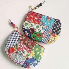Best 12 Carteira porta-celular bem prática, com bolso para cartão, cédulas e . Patchwork Bags, Quilted Bag, Fabric Bags, Fabric Scraps, Bag Quilt, Zipper Pouch Tutorial, Small Sewing Projects, Creation Couture, Craft Bags