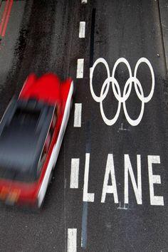 [Foto del día]   Carril reservado para los automóviles que se dirijan a los Olímpicos 2012.  Créditos: (AP Photo/Sang Tan) AP