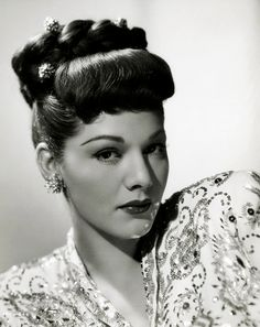 Maria Montez - This is what my hair should look like, but it doesn't! Retro Updo, Bon Film, 1940s Hairstyles, Wedding Hairstyles, Hollywood Glamour, Vintage Hollywood, Hollywood Divas, Hollywood Style, 50s Vintage
