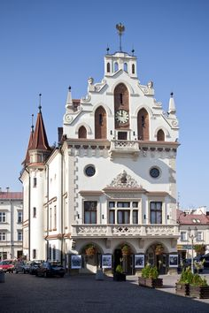 Rzeszów City Hall, including a little art gallery in one of the cellars. Beautiful Architecture, Beautiful Buildings, Travel Around The World, Around The Worlds, Europe Centrale, Visit Poland, Poland Travel, Travel Box, Belle Villa