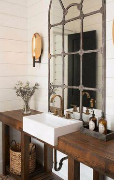 Οι καθρέφτες με μεταλλικές λεπτομέρειες είναι πολύ της μόδας φέτος και δίνουν εύκολα στιλ σε έναν χώρο.
