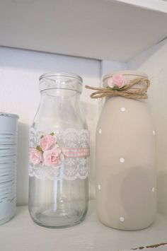 Chic Fai Da Te Vintage Shabby Chic Set of 2 Decorated Glass Milk Bottles Pink Rose Lace Dot Bow Glass Milk Bottles, Bottles And Jars, Glass Jars, Diy Bottle, Bottle Art, Bottle Crafts, Shabby Chic Pink, Vintage Shabby Chic, Pink Mason Jars