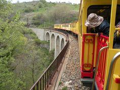 Monter à bord du plus célèbre train catalan ! Le Train Jaune ! Découvrez des paysages extraordinaires.