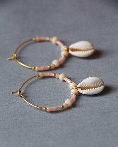 Boucles d'oreilles en métal doré.30 mm de diamètre.Perles nudes, roses clairs, dorées.Coquillages.Créoles très légères et agréables à porter.- Il est préférable d'éviter tout co...