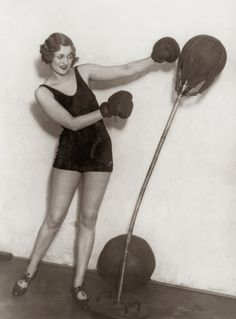 A young lady in a leotard directs her energies at a punchbag, circa vintage everyday: Interesting Vintage Photos of Women Doing Exercise in the PUBLIC DOMAIN You Fitness, Fitness Tips, Fitness Routines, Boxe Fight, One Pound Of Fat, Strong Legs, Do Exercise, Stay In Shape, Photos Of Women