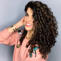 Conseguir un rizo bonito y definido puede resultar complicado si no se conoce bien este tipo de cabello y las técnicas disponibles para hacerlo Curly Hair Cuts, Curly Hair Styles, Blush Brush, Girl Hairstyles, Beauty Hacks, Dreadlocks, People, Salons, Oui