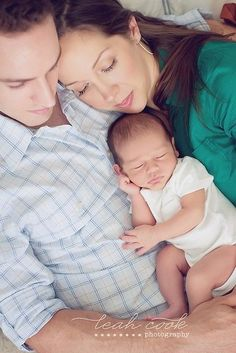 I love the family shot and how snuggly they look in this pose.