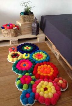 DIY Alfombra de pompones paso a paso - Patrones gratis Crafts To Make And Sell, Diy Arts And Crafts, Diy Crafts, Diy Carpet, Rugs On Carpet, Carpets, Crochet Crafts, Yarn Crafts, Pom Pom Rug