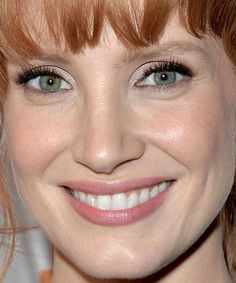 Jessica Chastain with shimmery eyeshadow and beautiful skin Jessica Chastain, Bridal Makeup Looks, Wedding Hair And Makeup, Hair Makeup, Red Hair Inspiration, Makeup Inspiration, Long Auburn Hair, Stunning Redhead, Beautiful