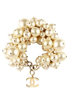 Chanel pearls by Cris Figueired♥ Chanel Jewelry, Pearl Jewelry, Jewelry Box, Jewelry Accessories, Fashion Accessories, Fashion Jewelry, Jewelry Design, Jewelry Making, Chanel Bracelet