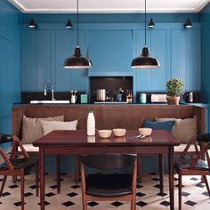 cuisine bleue avec sol a carreaux noir et blanc