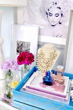 decoração com bandeja - perfumes, livros e acessórios